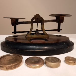 Postal weighing scales with 4 brass weights.